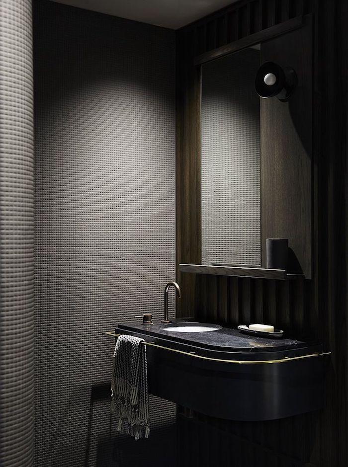 decoration salle de bain, serviette de bain grise, miroir rectangulaire, murs gris foncé, plafond blanc