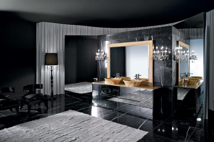 meubles salle de bain, miroir avec cadre en bois, dallage noir, rideaux longs et blancs, murs noirs, tapis de bain