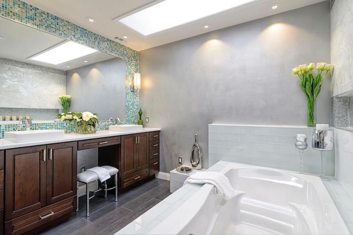 modele salle de bain, revêtement de sol en bois, murs gris, fenêtre de plafond mat, éclairage led