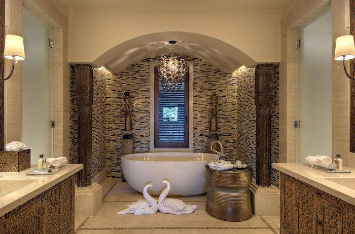 idee salle de bain, serviettes de bain en forme de cygne, paroi en verre mat, suspension luminaire motifs floraux