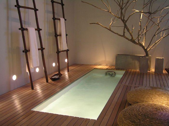 salle de bain moderne, revêtement de sol en bois, pot à fleur, arbres, murs blancs, idee salle de bain
