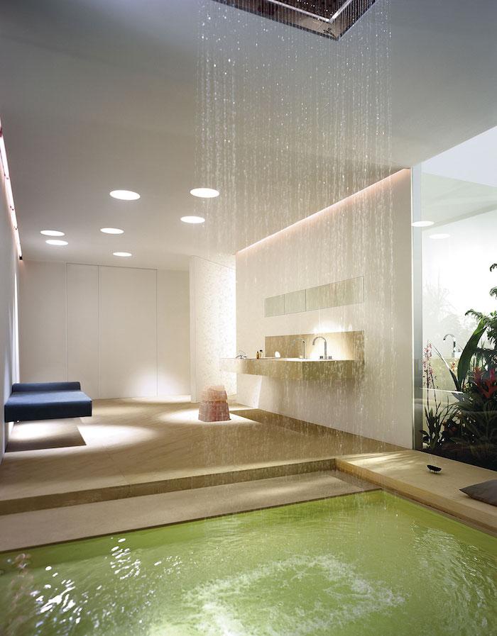 deco salle de bain, canapé bleu foncé, fenêtre surdimensionnée, comptoir de bain beige, murs blancs