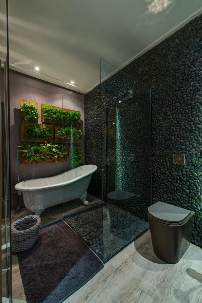 deco salle de bain, dallage effet bois, cuvette wc marron, murs en pierre gris foncé, paroi en verre, ambiance zen