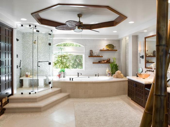 modele salle de bain, porte en bois, baignoire blanche, serviette de bain beige, étagère en bois
