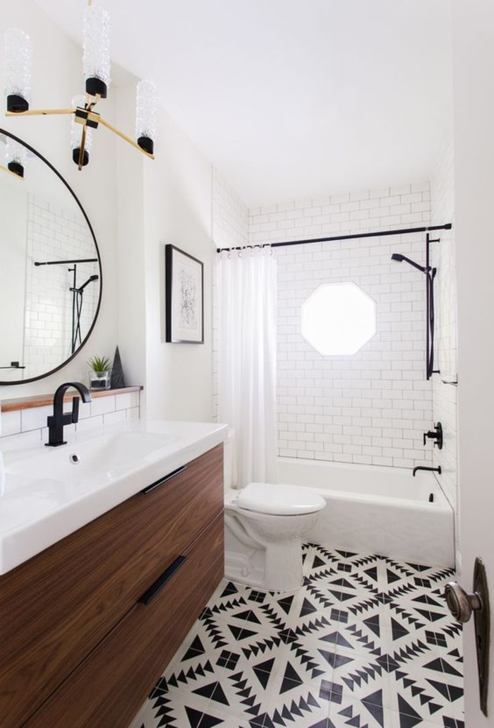 des carreaux à motifs géométriques en noir et blanc pour une touche ethnique chic dans la salle de bain