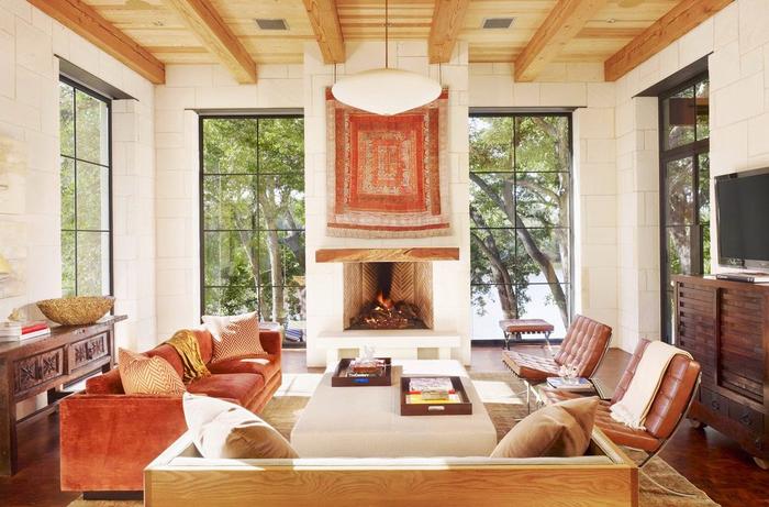 un salon de luxe style méditerranéen qui associe les matériaux naturels et les tons chauds de beige, terre de sienne et marron
