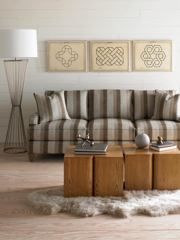 salon classique aux nuance de beige, mur en bois peint à décoration murale en galerie d'art