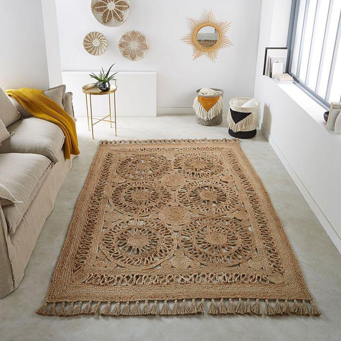 un salon ethnique chic aux nuances de beige, tapis en jute à ornements ethniques