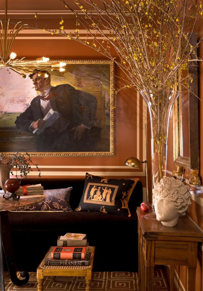 un salon classique au design sophistiqué et aux nuances de terre sienne brûlé et de l'or