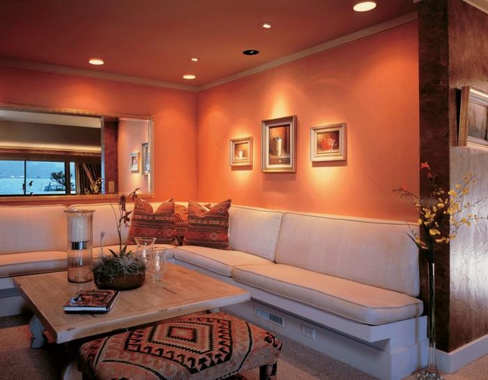 un petit salon aux accents ethniques illuminé par la couleur terre de sienne