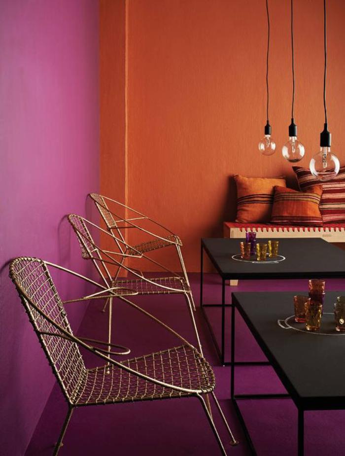 un salon aux couleurs vives d'afrique, une association audacieuse de la couleur sienne et de violet