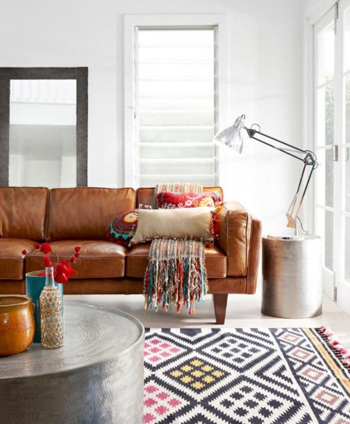 salon ethnique chic aux accents métalliques, canapé en cuir contemporain