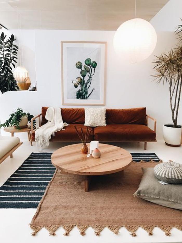 salon aux tons neutres de style chic ethnique, canapé terre de sienne