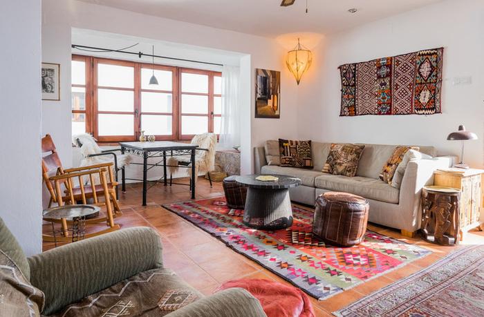 un salon de style ethnique chic qui associe le blanc et la couleur terracotta