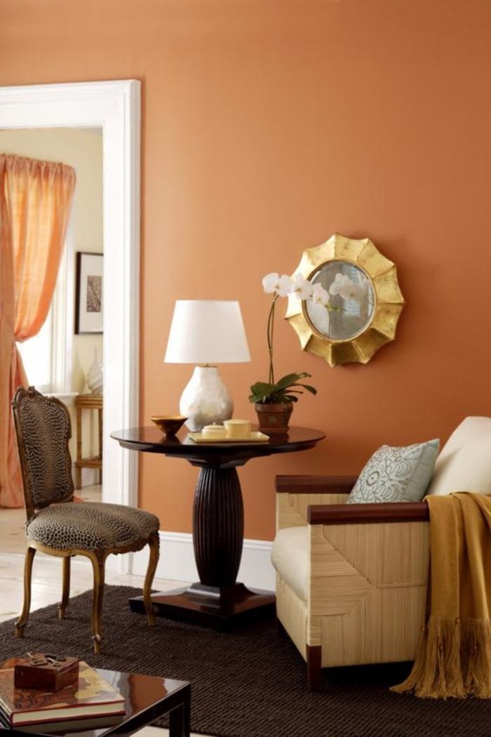 un coin de salon ensoleillé couleur sienne, déco en bois et en or
