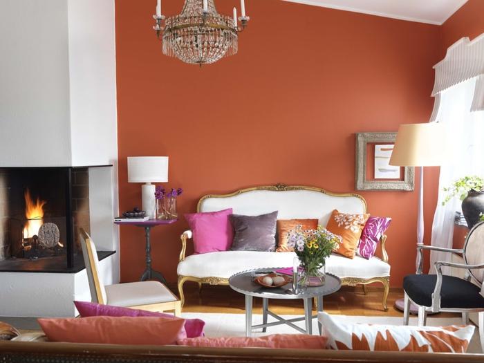 salon élégant couleur sienne orangé sublimé par des accents rose et par touches de blanc