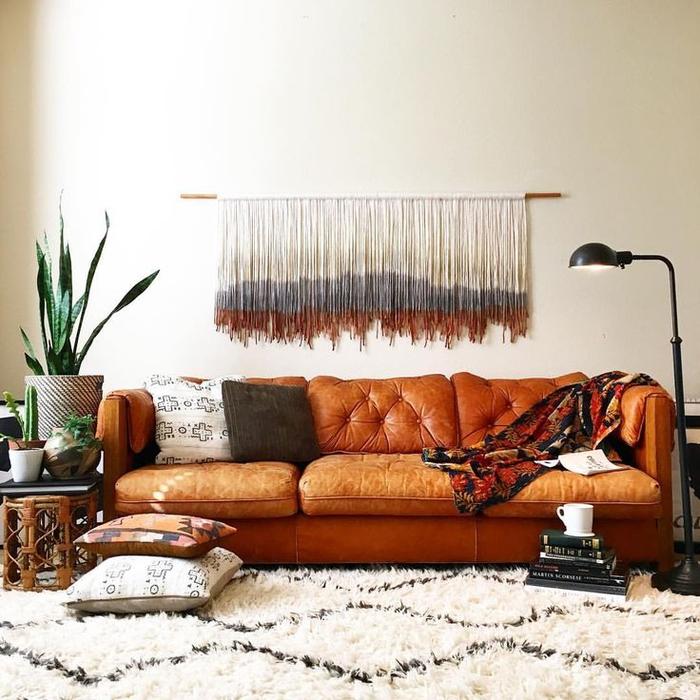 intérieur bohème chic en couleurs neutres, tissage mural pour une touche ethnique chic