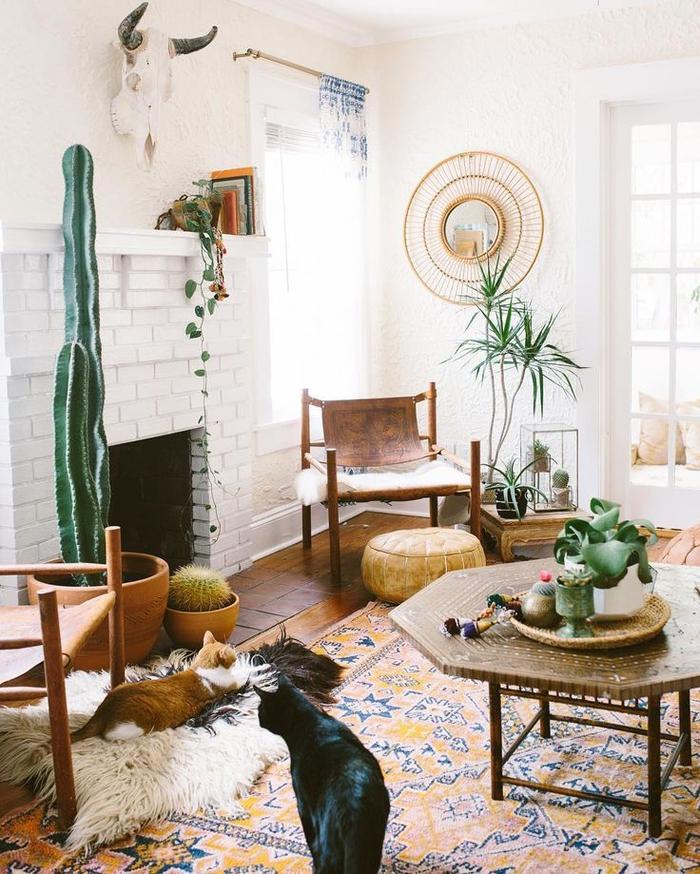 salon de style sud-ouest américain en blanc et et nuances de couleur ocre, déco ethnique chic en bois et cuir