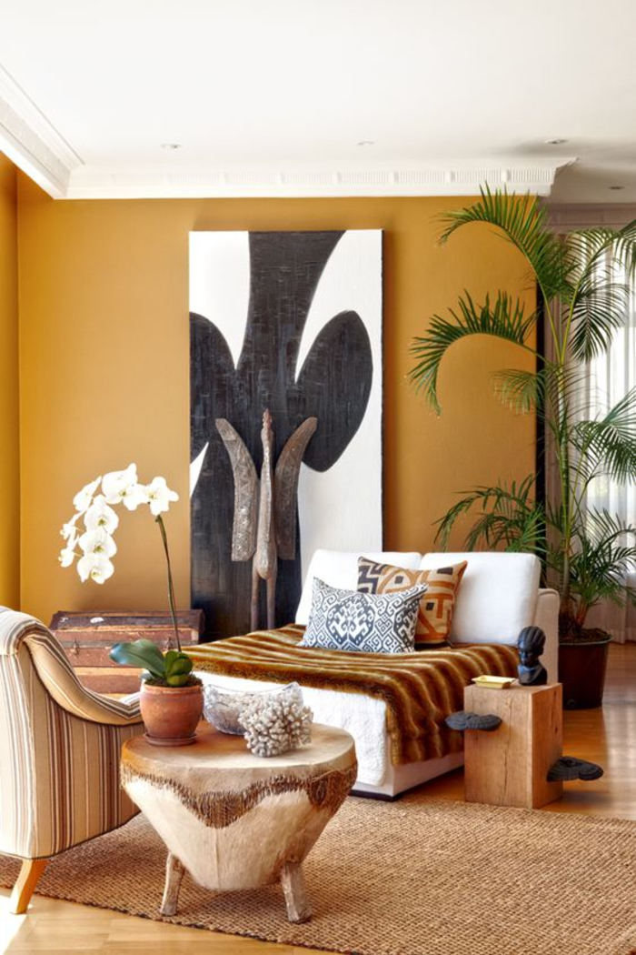 un salon couleur ocre ethnique chic de style africain, des objets d'art africains authentiques