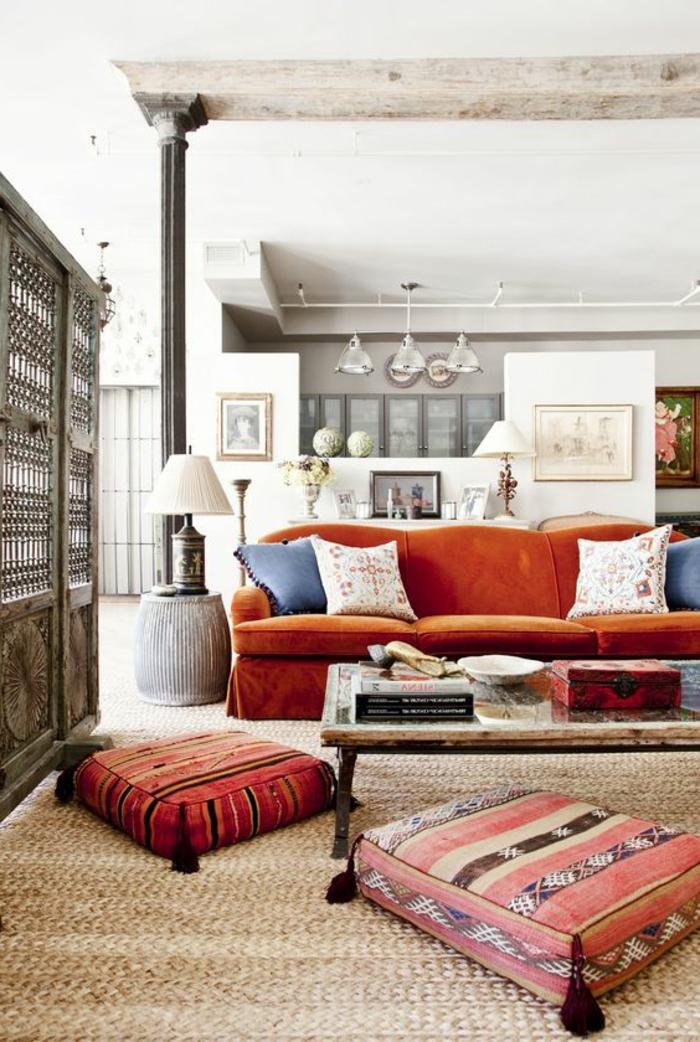 salon ethnique, coussins de sol orientaux, sofa orange, table en bois brut et fer