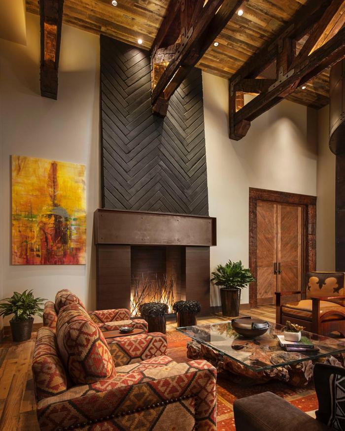 peinture terre sienne, petite table basse en verre, plafond avec poutres en bois