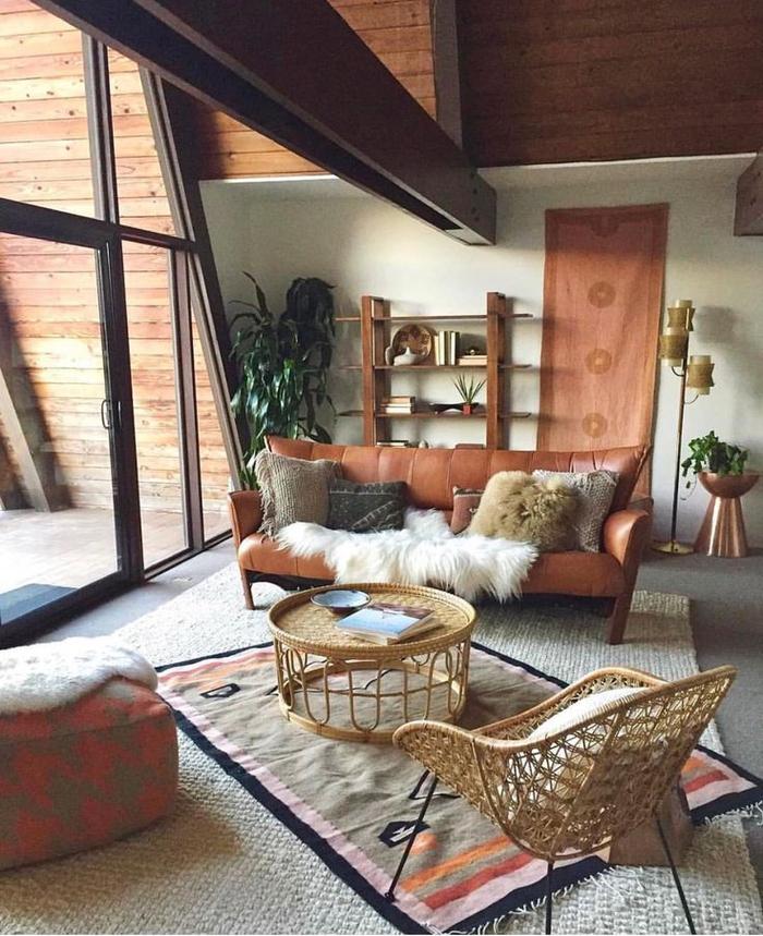 salon ethnique chic spacieux aux teintes de la terre, mobilier en matériels naturels, une déco chalet chaleureuse et accueillante
