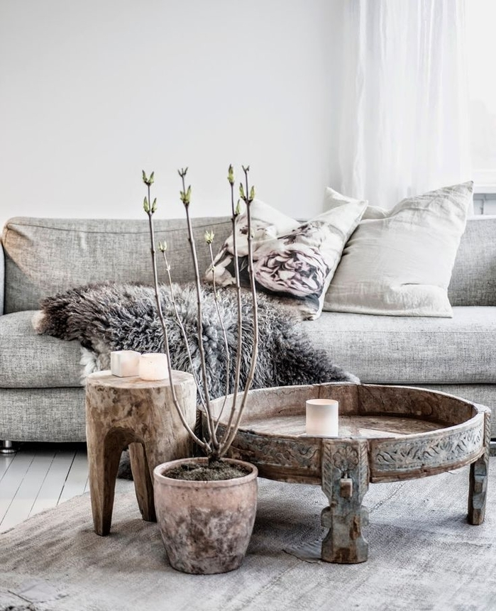 salon aux nuances claires qui combine la déco scandinave et un mobilier wabi sabi