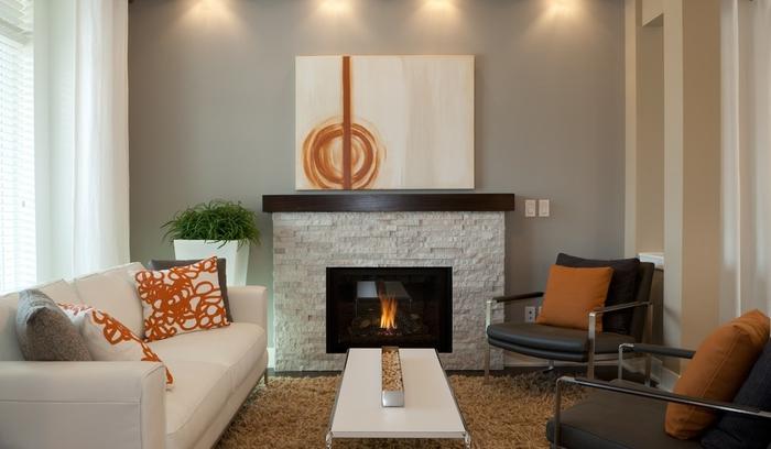 salon convivial en beige et terre de sienne, design aux lignes épurées