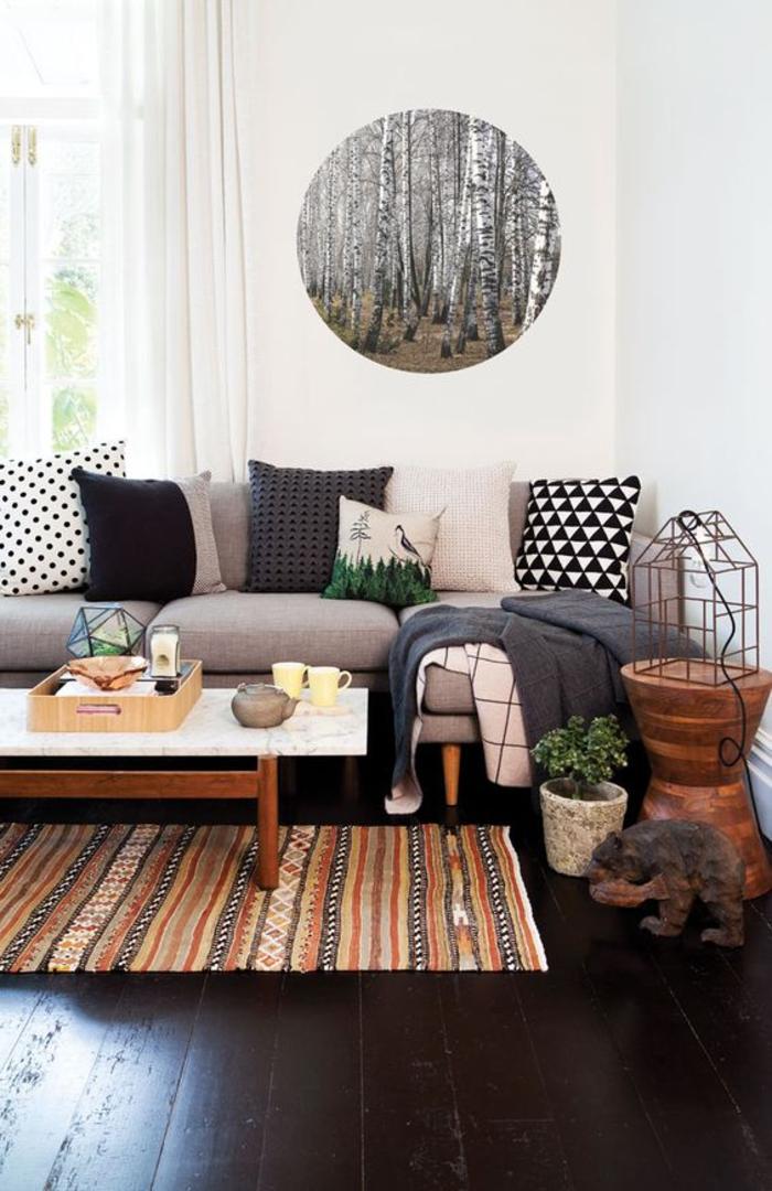 salon élégant en noir et blanc de style ethnique chic, tapis décoratif ethnique aux nuances de l'ocre