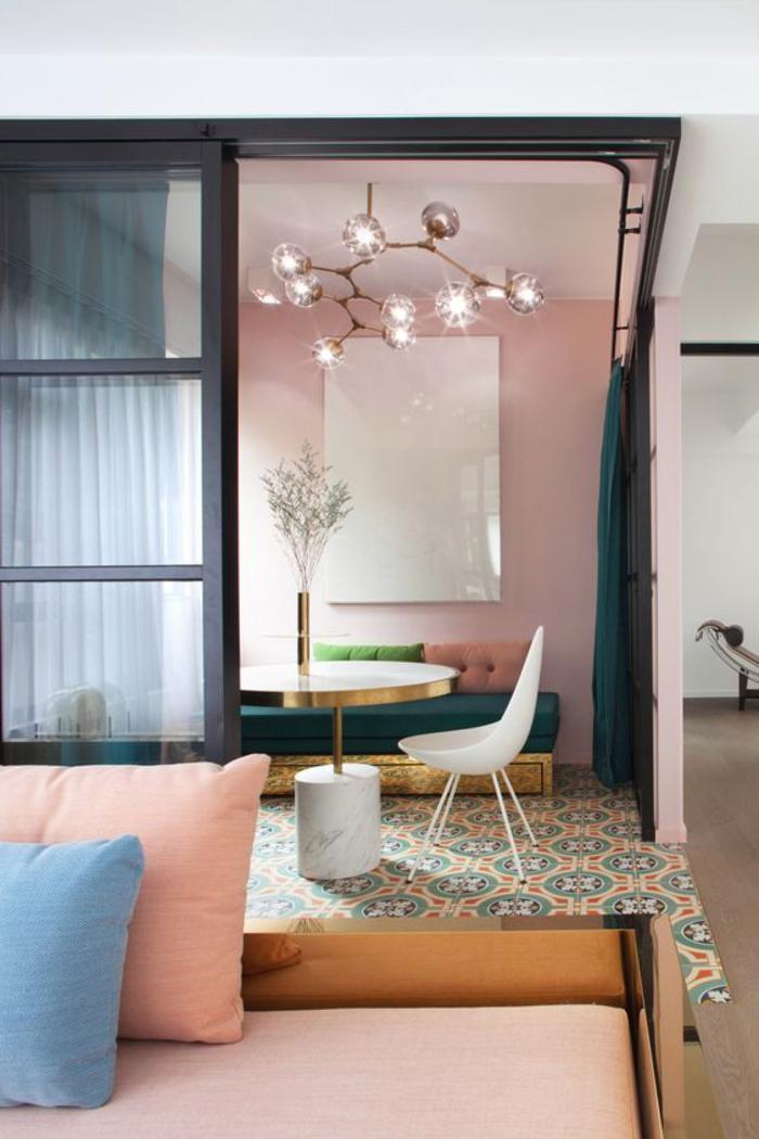 ambiance douce et vintage créee par l'association habile des couleurs pastel et des nuance de la couleur ocre