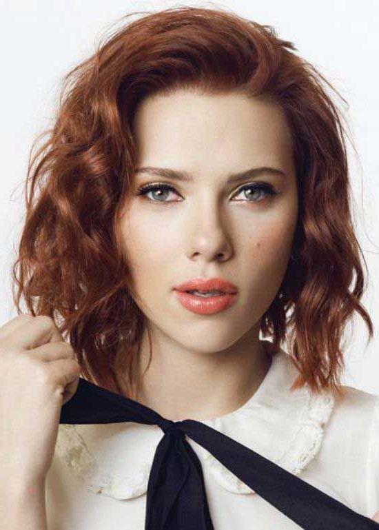 modele coupe de cheveux scarlett johanson, coupe carré court sur des cheveux roux, idée de coiffure vintage