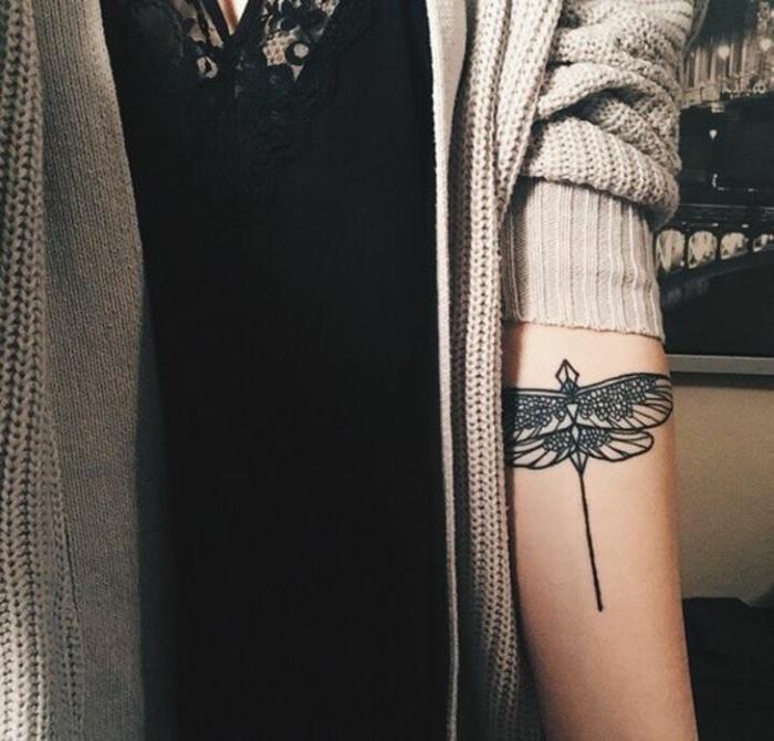 Anisoptères tatouage sur la main cool idée géométrique dessin tatouage