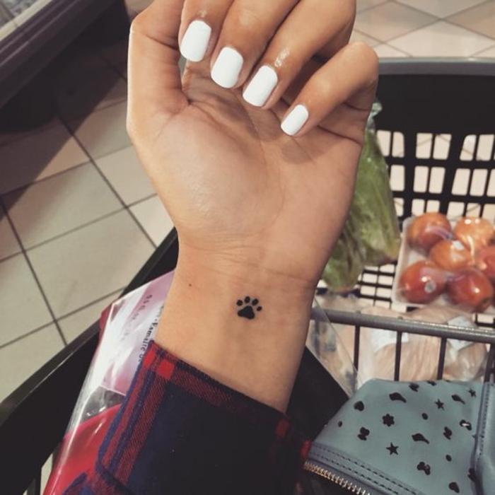 Miniature tatouage sur la main patte d'ourse cool idée comment se tatouer