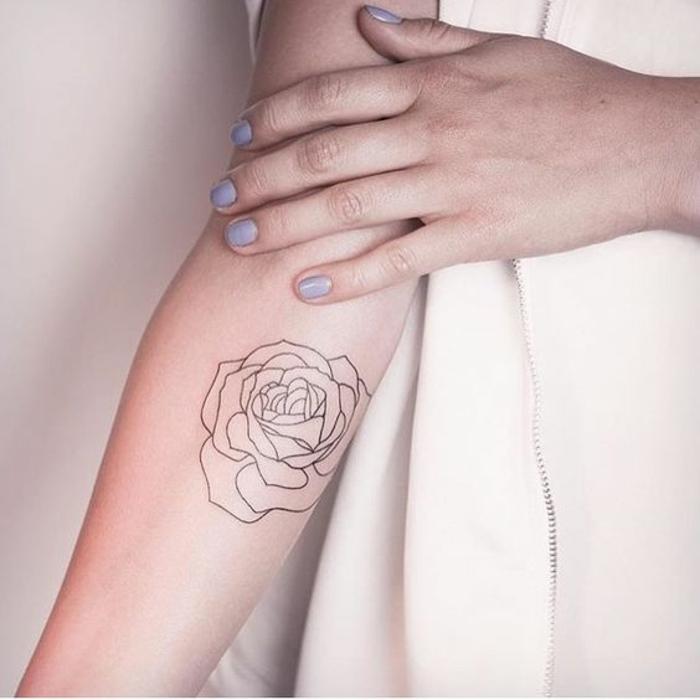 Tatouage femme géométrique tatou rose sur la main
