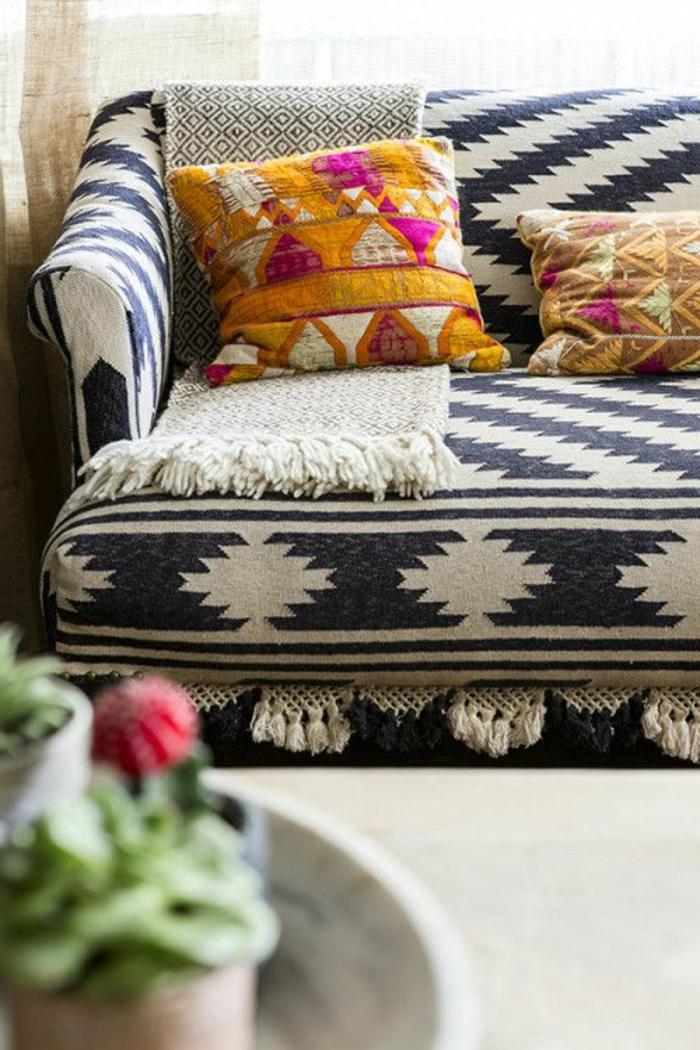 décoration avec tissu ethnique, coussins à motifs aztèques, jeté de lit avec franges
