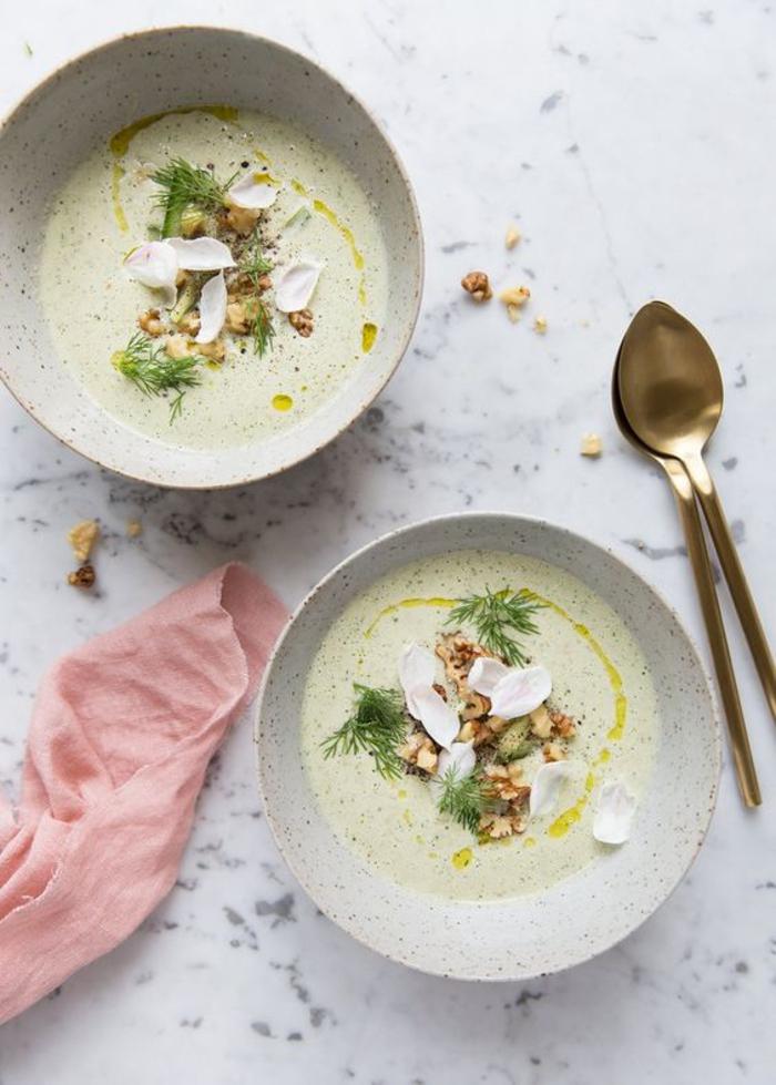 recette rapide de soupe froides de concombres et de yaourt, un repas léger sans cuisson