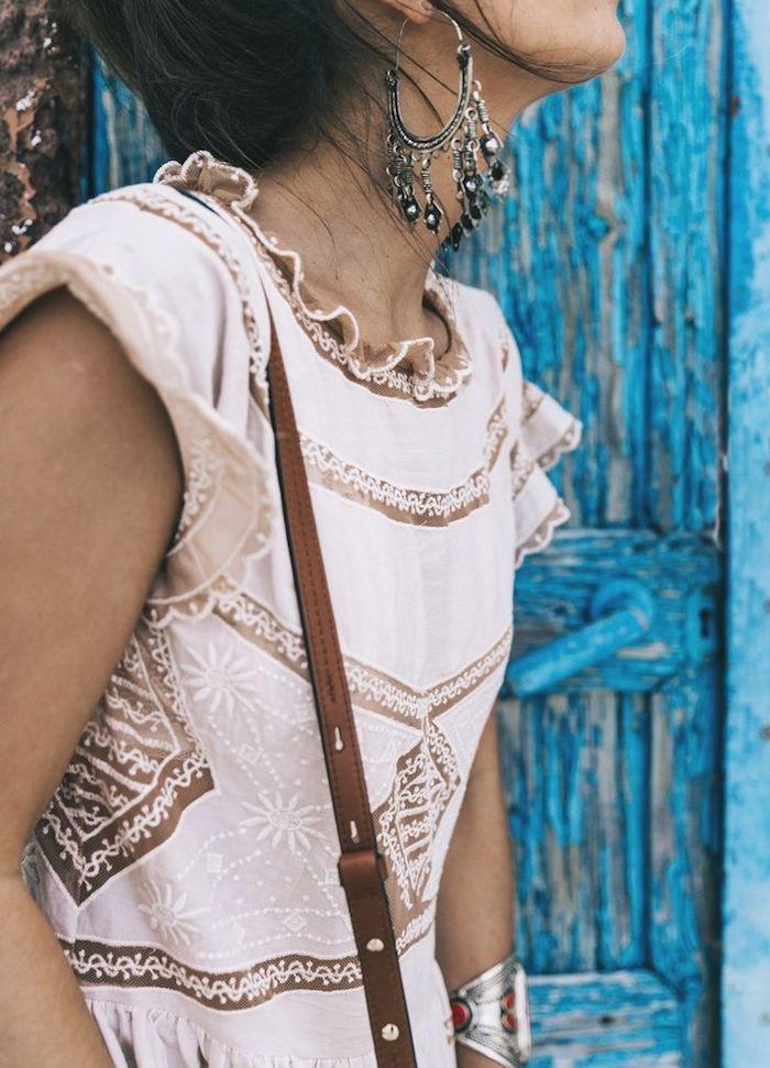 boheme chic, cheveux noirs, robe bohème chic en blanc, dentelle en motifs ethniques, boucles d'oreilles métalliques