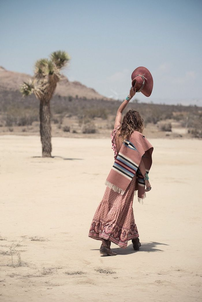 vetement boheme, femme dans le désert, palmier, sable, capeline bordeaux en velours, bottines marron