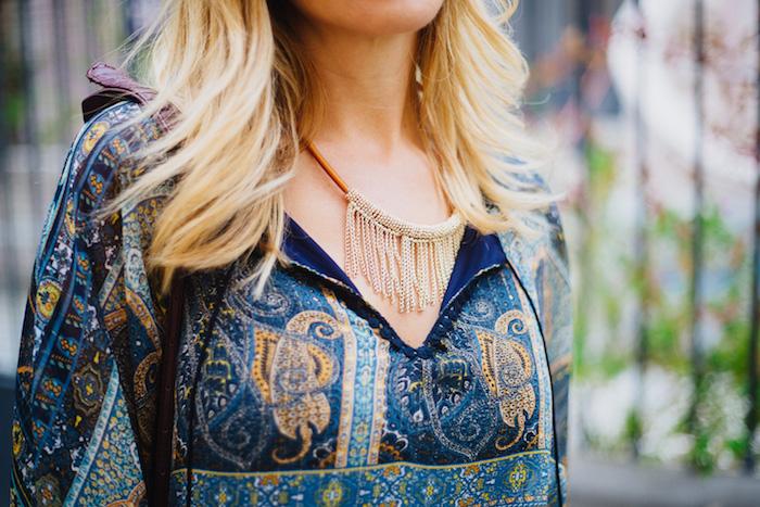 look bohème, cheveux blonds, collier avec franges, chemise avec décolleté en v, boheme chic