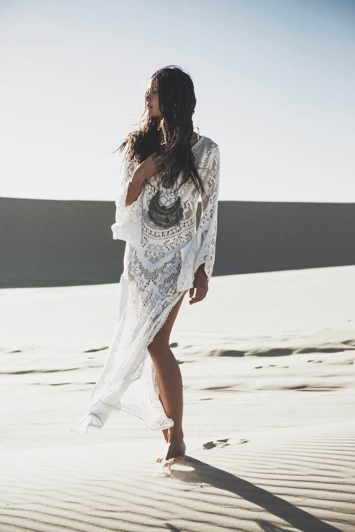 robe bohème chic, cheveux longs, vêtement en dentelle et motifs floraux, femme dans le désert, look bohème