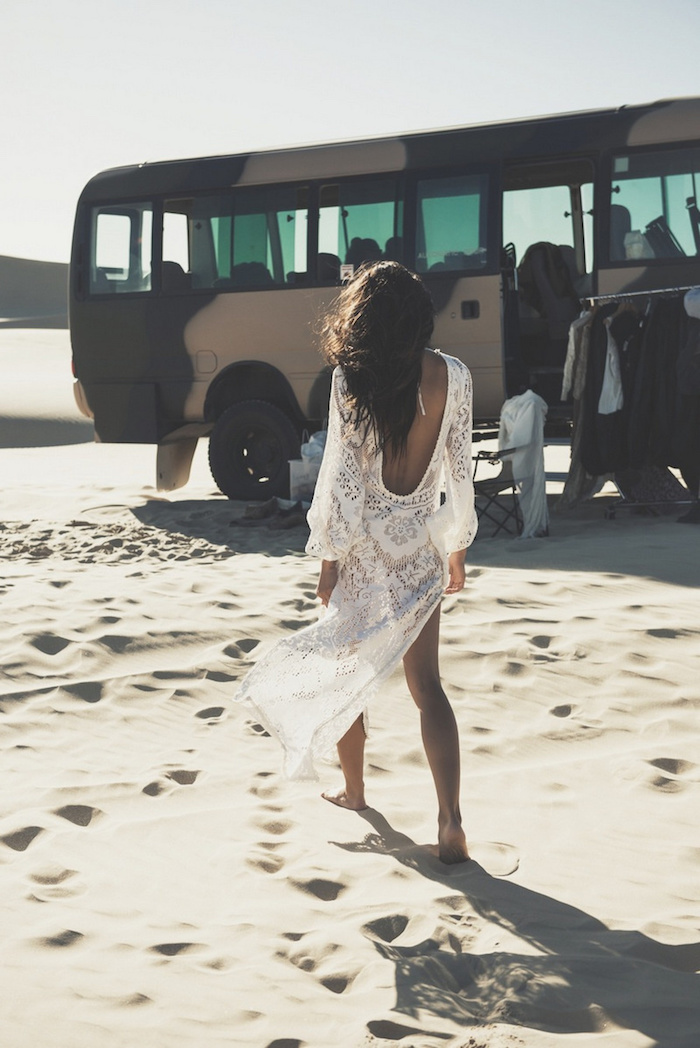 robe bohème chic, cheveux noirs, vêtement boheme, robe blanche en dentelle, look bohème