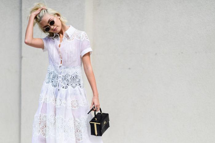 robe bohème chic, coupe de cheveux, coloration blonde avec racines noires, robe blanche en dentelle