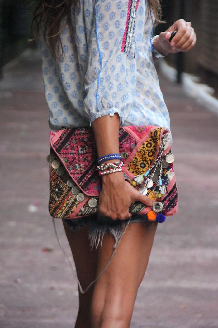look bohème, chemise blanche avec décoration bleue, bracelet bleu, sac à main femme