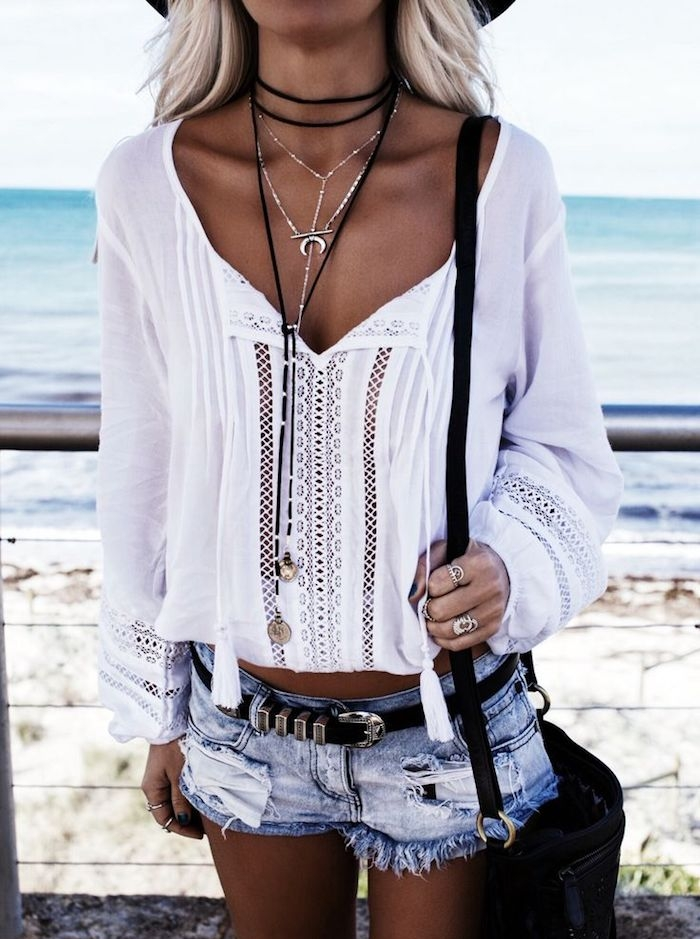 look bohème, capeline noire, chocker pendentif, chemise femme, ceinture noire, bagues métalliques