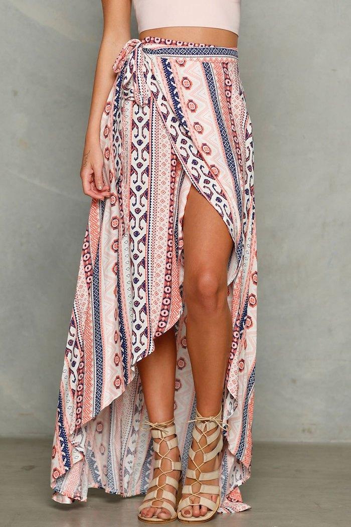 vetement boheme, haut en rose pastel, jupe longue en rose et bleu, look bohème, sandales beige