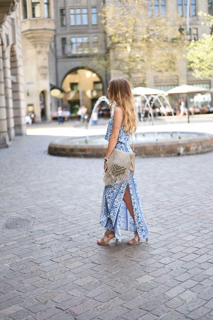 robe bohème chic, fontaine, centre-ville, balayage californien, sac à main avec franges, sandales hauts talons