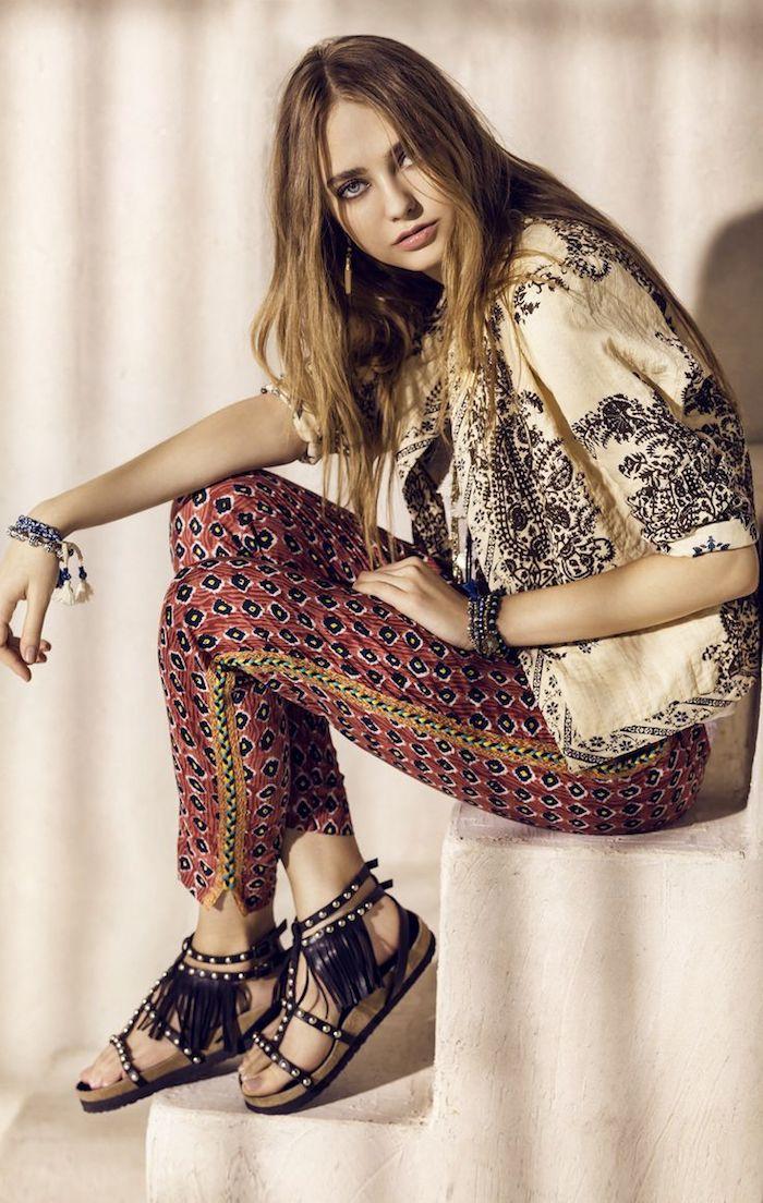style bohème, bracelet à motifs ethnique, veste beige et noir, sandales noires, cheveux longs