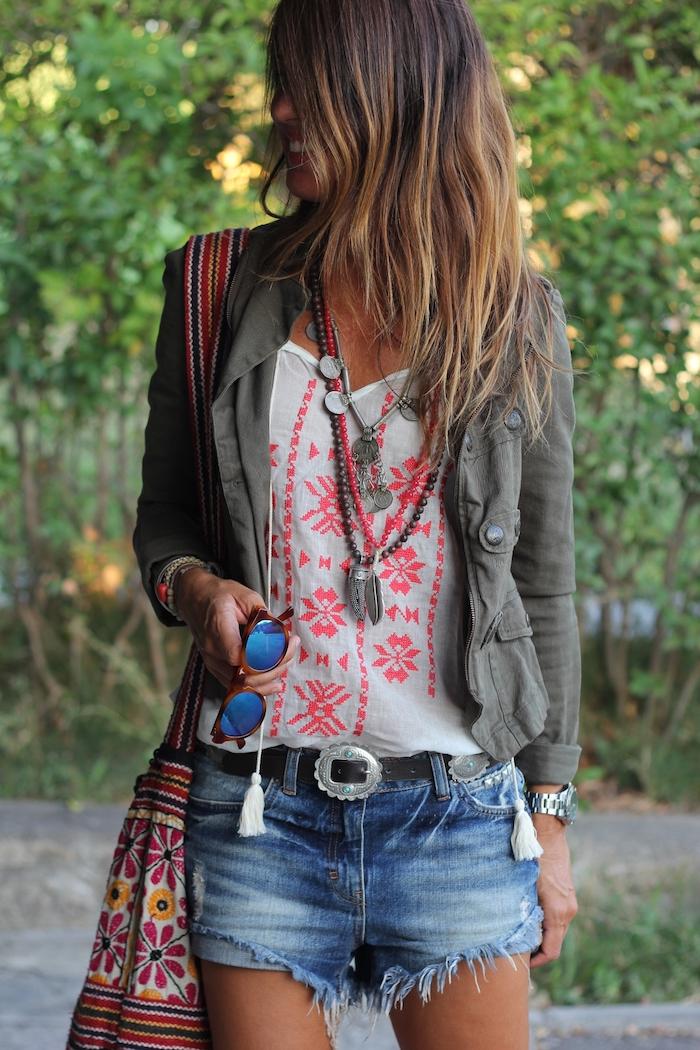 vetement boheme, montre femme, bracelet en perles de bois, collier métallique, shorts en denim