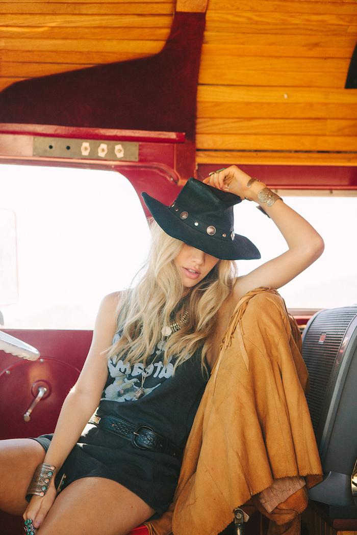 look bohème, caravane avec plafond en bois, collier métallique, coloration blonde, vetement boheme