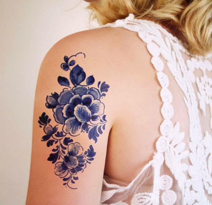 Tatouage neo traditionnel old school style old school tatoo fleur sur epaule